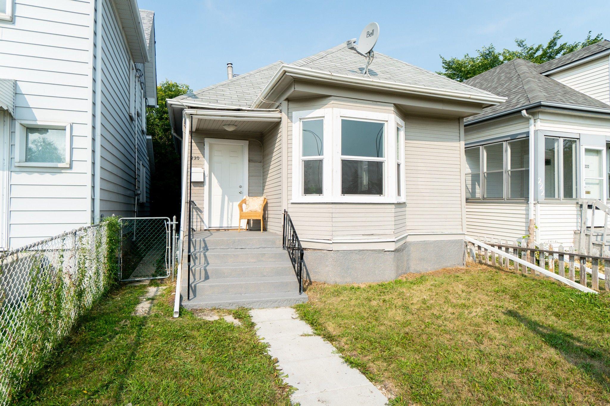 Main Photo: 220 Queen Street in Winnipeg: St James House for sale (5E)  : MLS®# 1823356