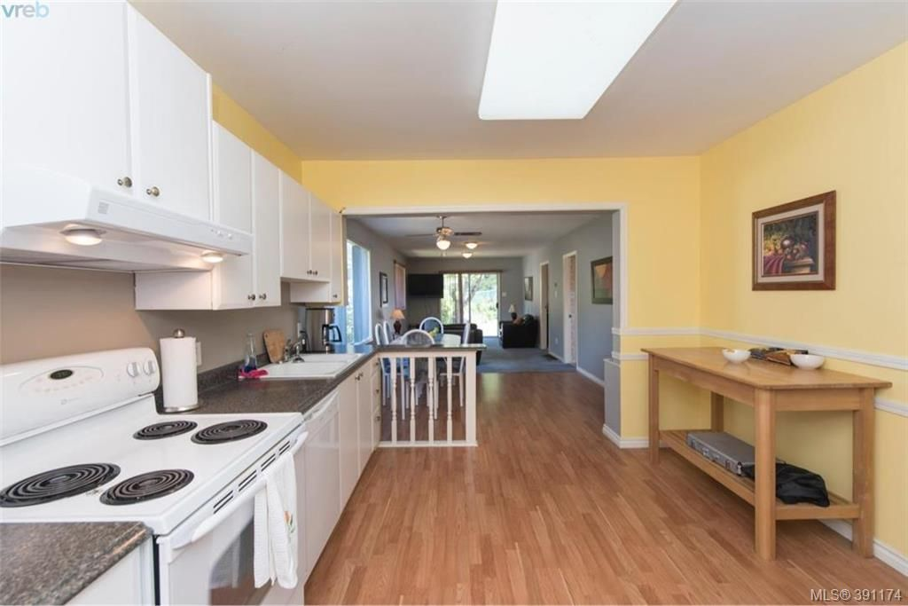 Photo 6: Photos: 1130 Goldstream Ave in VICTORIA: La Langford Lake House for sale (Langford)  : MLS®# 786306