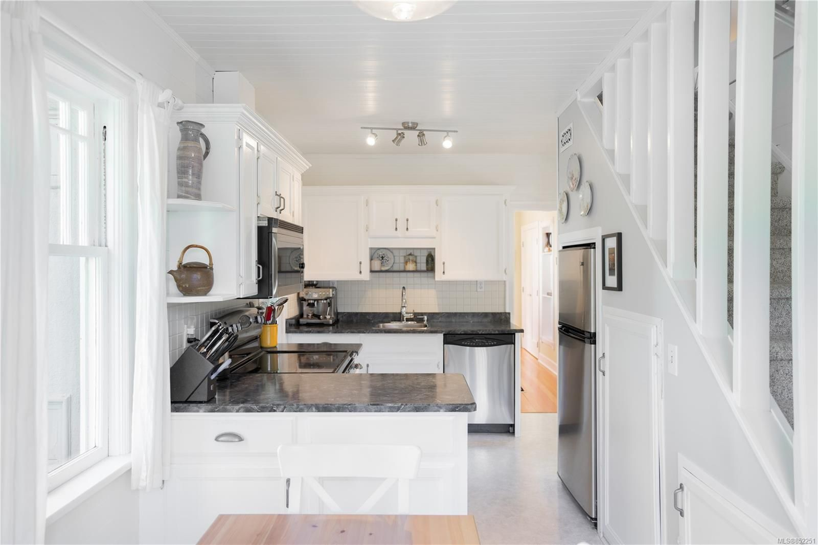 Photo 3: Photos: 2363 Pacific Ave in : OB Estevan House for sale (Oak Bay)  : MLS®# 852251