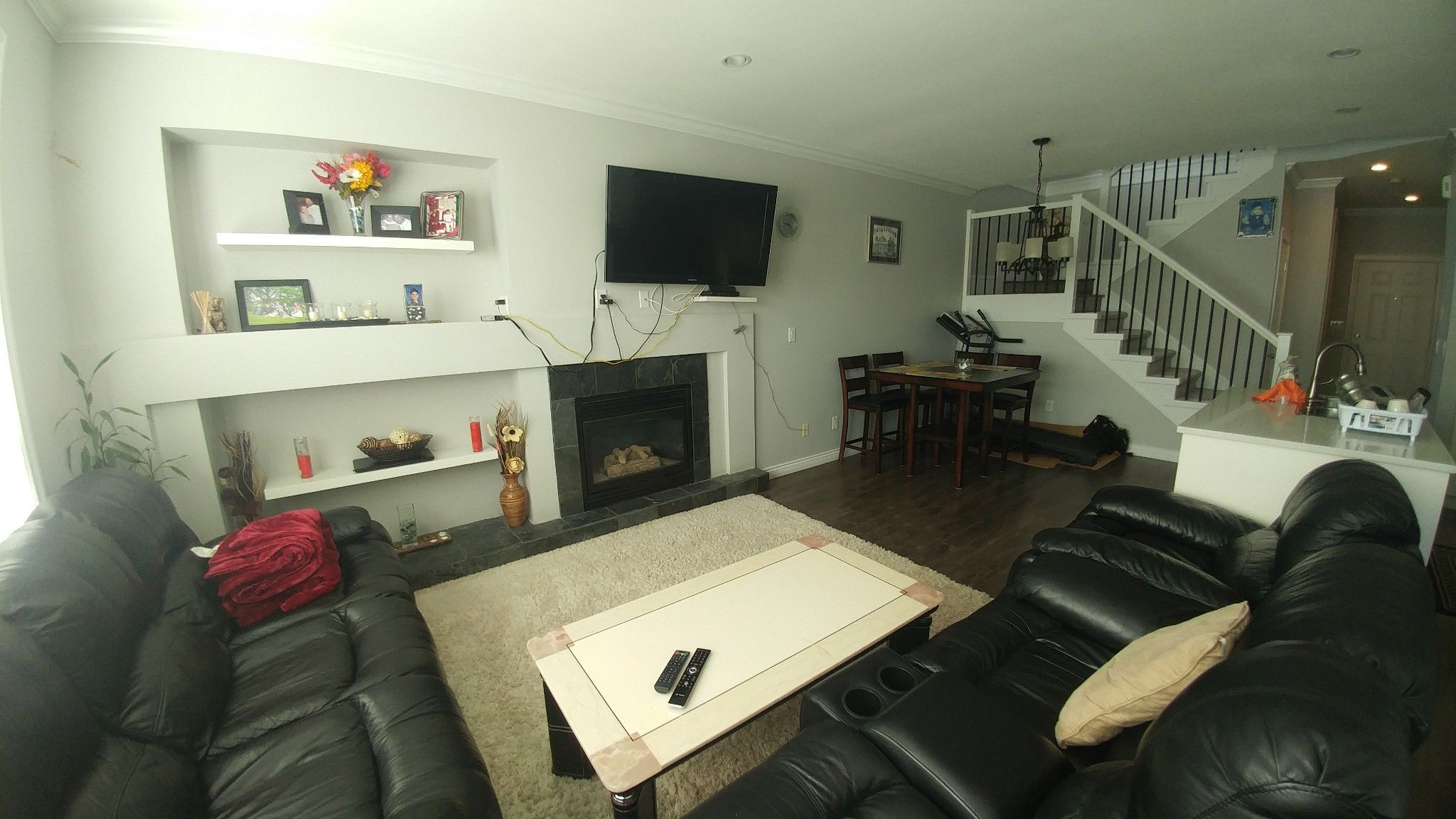 Photo 4: Photos: Upper 7137 190th St. in Surrey: Condo for rent