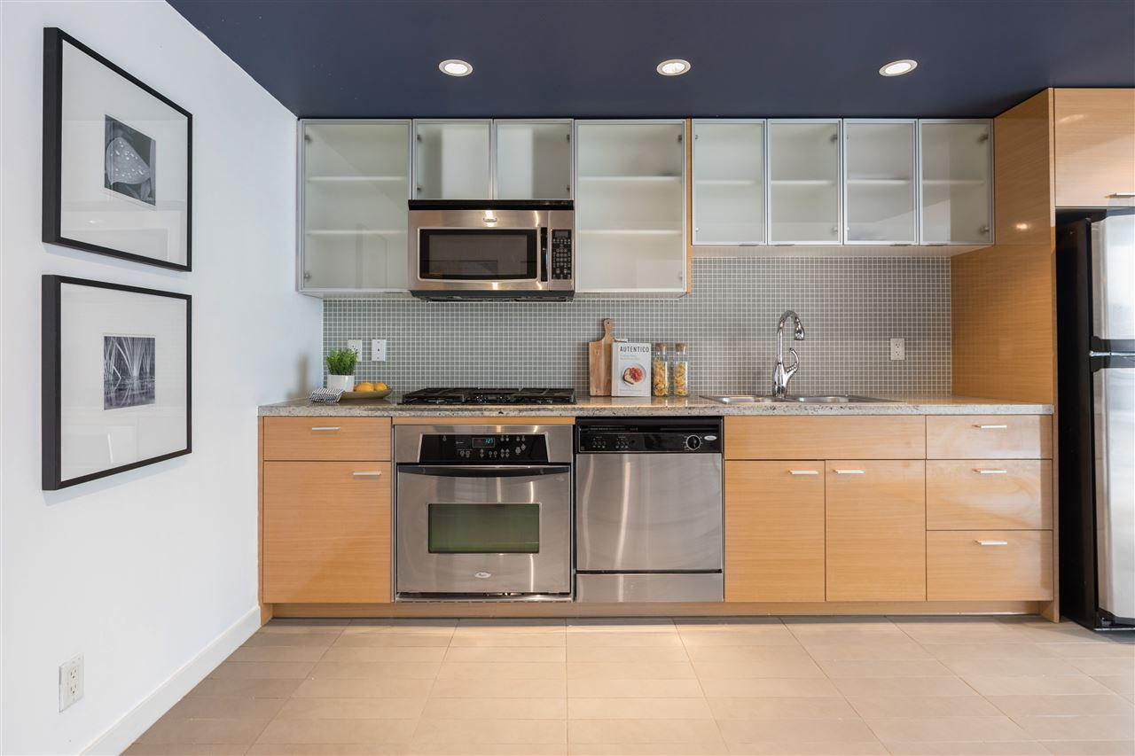 """Main Photo: 1507 33 SMITHE Street in Vancouver: Yaletown Condo for sale in """"COOPERS LOOKOUT"""" (Vancouver West)  : MLS®# R2539609"""