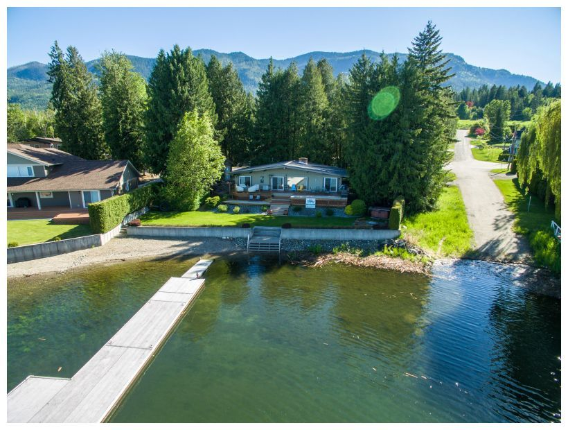 Main Photo: 697 Viel Road in Sorrento: WATERFRONT House for sale : MLS®# 10155772