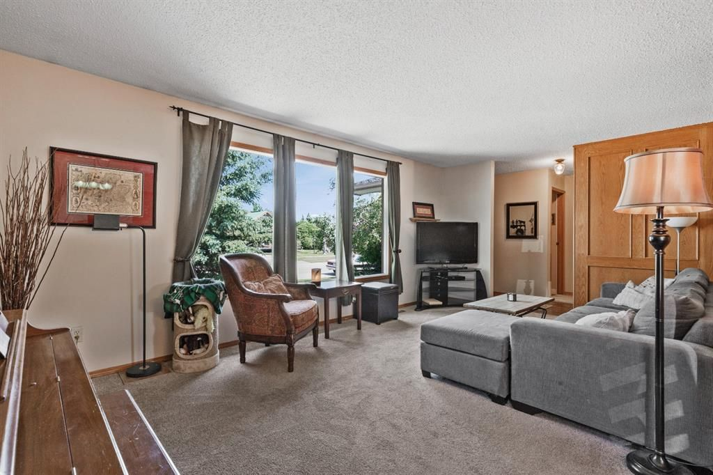 Photo 3: Photos: 1033 Smith Avenue: Crossfield Detached for sale : MLS®# A1129311