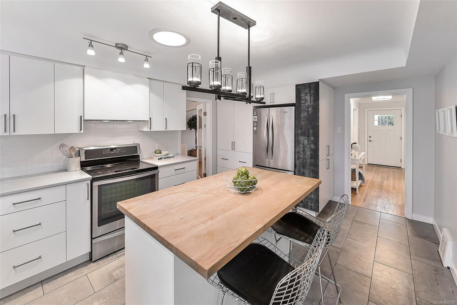 Photo 10: Photos: 1753 Armstrong Ave in : OB North Oak Bay House for sale (Oak Bay)  : MLS®# 856293
