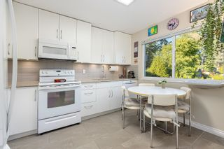 """Photo 3: 4763 HOSKINS Road in North Vancouver: Lynn Valley Townhouse for sale in """"Yorkwood Hills"""" : MLS®# R2617725"""