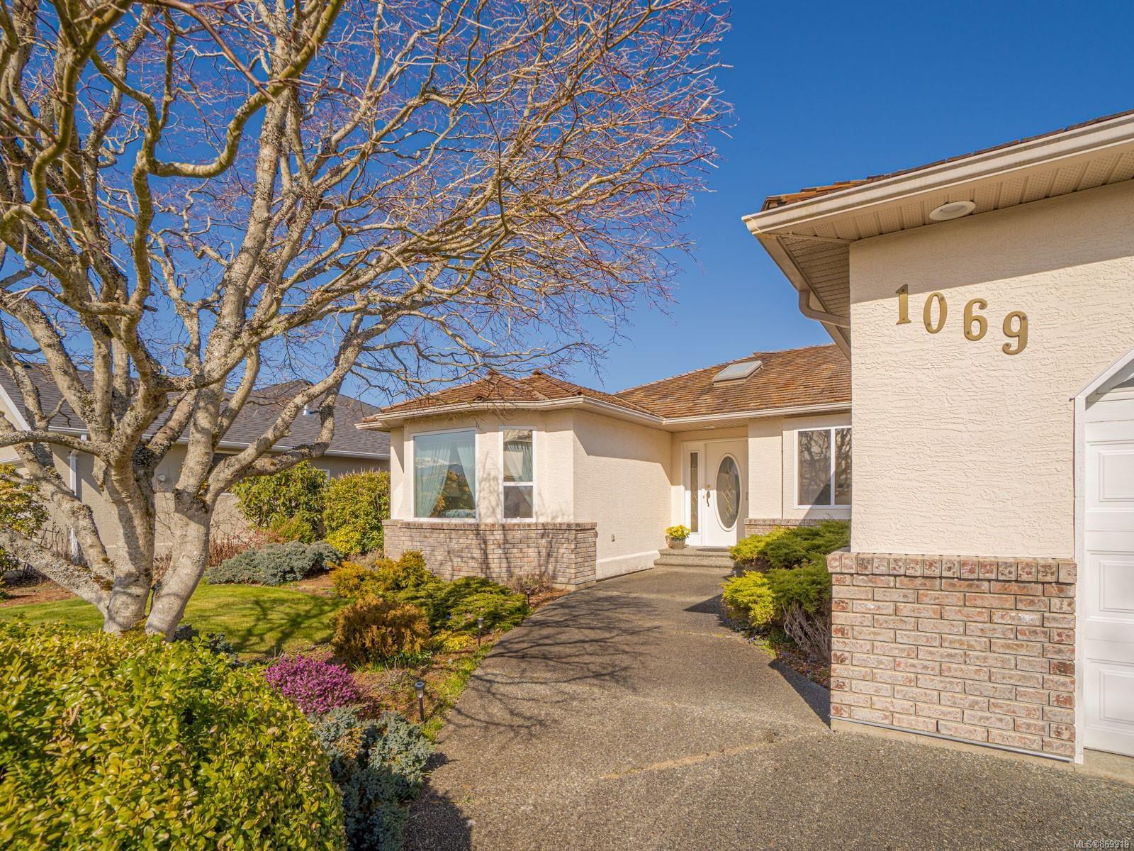 Main Photo: 1069 WINDSOR Dr in : PQ Qualicum Beach House for sale (Parksville/Qualicum)  : MLS®# 869919