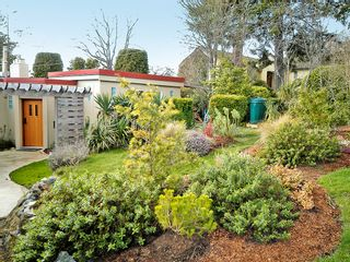 Photo 2: 877 Leslie Dr in VICTORIA: SE Swan Lake House for sale (Saanich East)  : MLS®# 597777