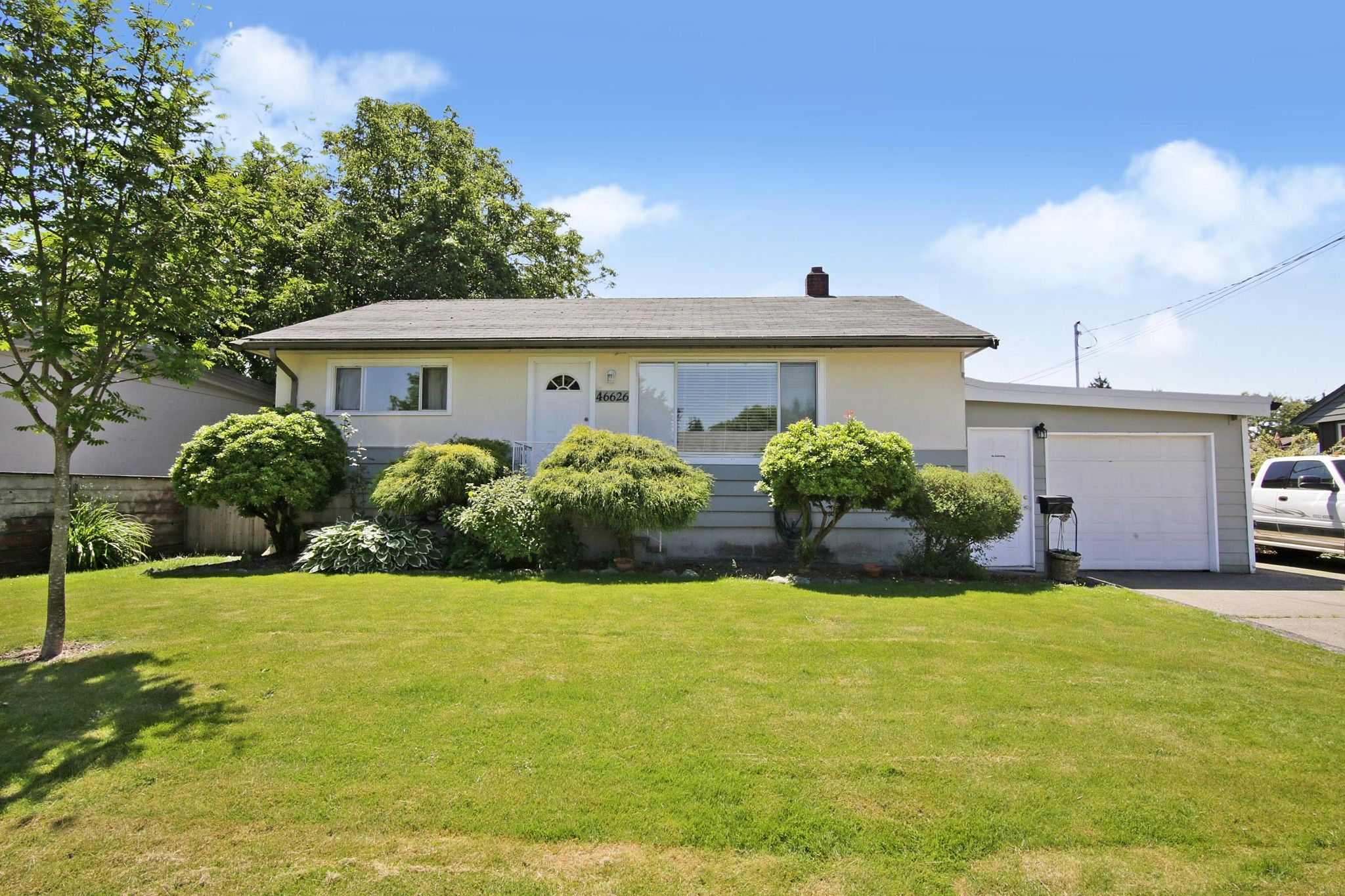 Main Photo: 46626 FRASER Avenue in Chilliwack: Chilliwack E Young-Yale House for sale : MLS®# R2588013