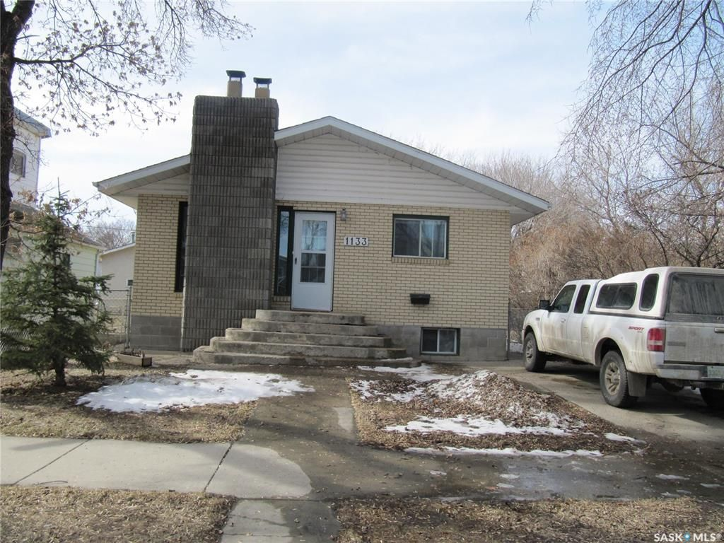 Main Photo: 1133 I Avenue South in Saskatoon: Holiday Park Residential for sale : MLS®# SK847411