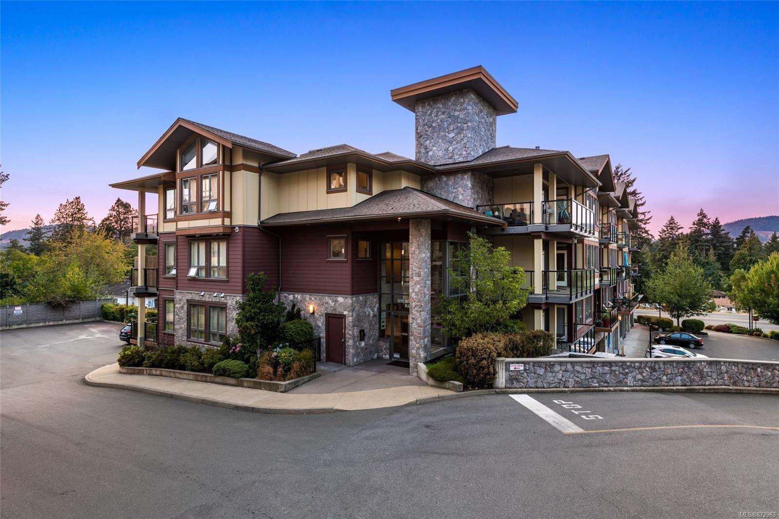 Main Photo: 204 3220 Jacklin Rd in : La Walfred Condo for sale (Langford)  : MLS®# 872963