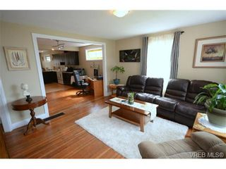 Photo 3: 554 Sumas St in VICTORIA: Vi Burnside House for sale (Victoria)  : MLS®# 703176