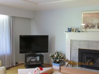 Photo 2: 681 EVERGREEN Place in North Vancouver: Home for sale : MLS®# V873478