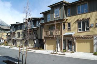 Photo 1: 1263 STONEMOUNT PLACE in Squamish: Downtown SQ Townhouse for sale : MLS®# R2049208