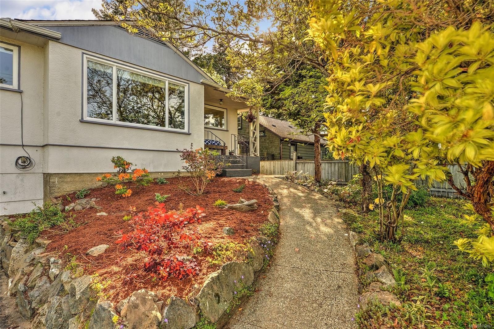 Photo 2: Photos: 631 Cowper St in Saanich: SW Gorge House for sale (Saanich West)  : MLS®# 876407