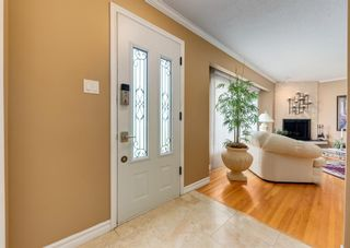 Photo 2: 425 Woodland Crescent SE in Calgary: Willow Park Detached for sale : MLS®# A1149903