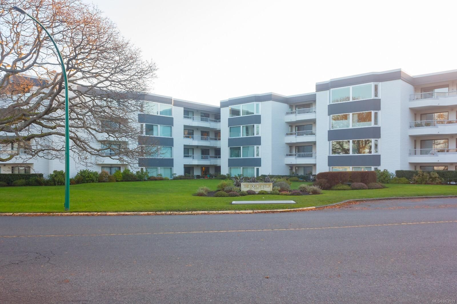 Main Photo: 404 1370 Beach Dr in : OB South Oak Bay Condo for sale (Oak Bay)  : MLS®# 863011