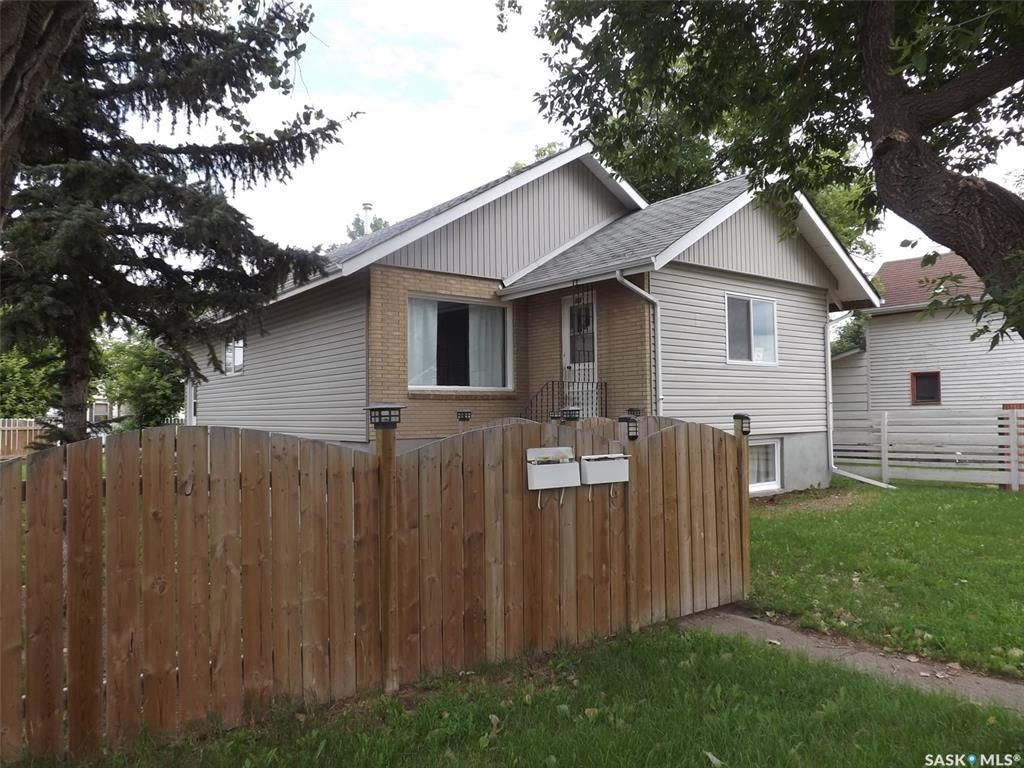 Main Photo: 325 3rd Street in Estevan: Eastend Residential for sale : MLS®# SK849942