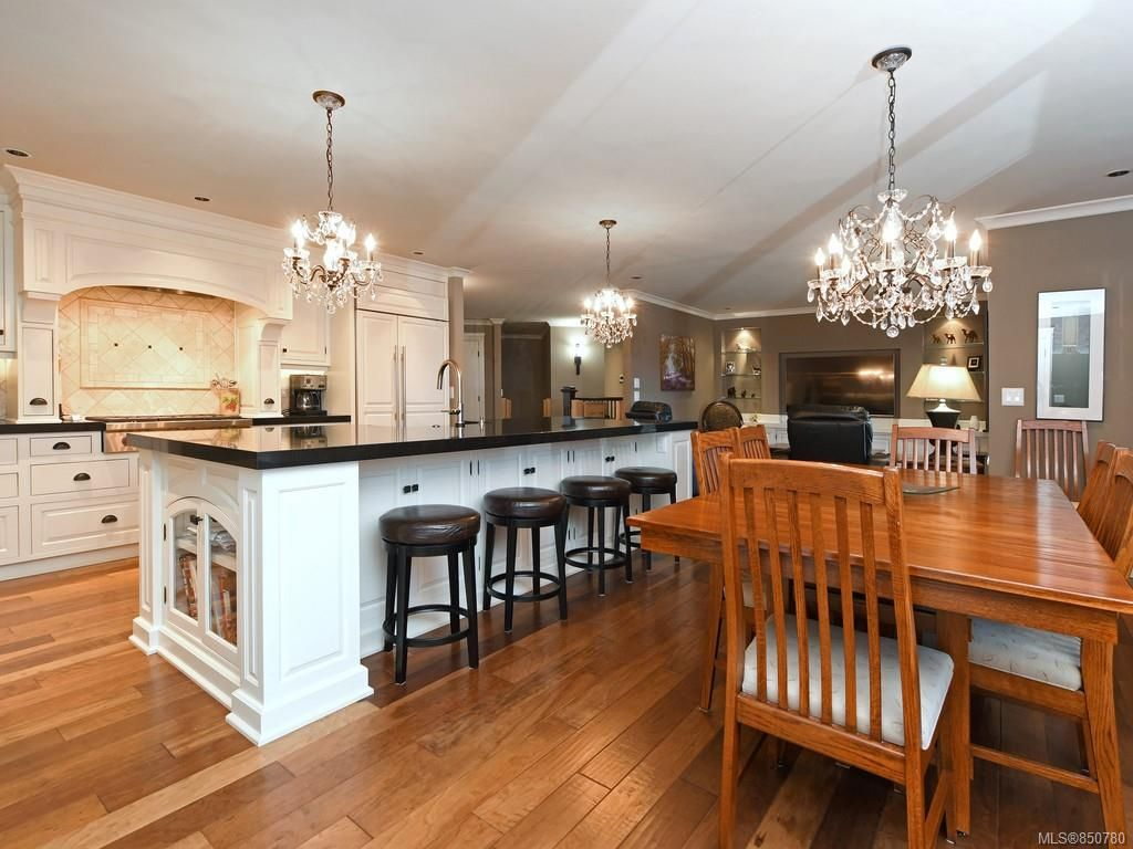 Main Photo: 1279 Geric Pl in : SW Strawberry Vale House for sale (Saanich West)  : MLS®# 850780