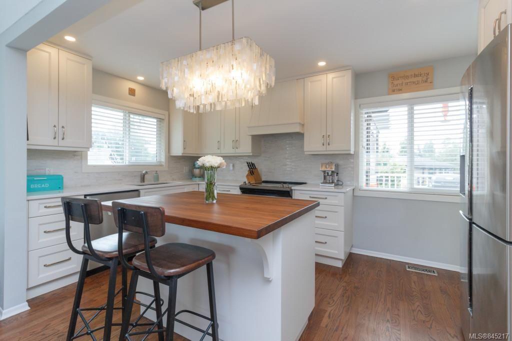 Main Photo: 575 E Burnside Rd in Victoria: Vi Burnside House for sale : MLS®# 845217