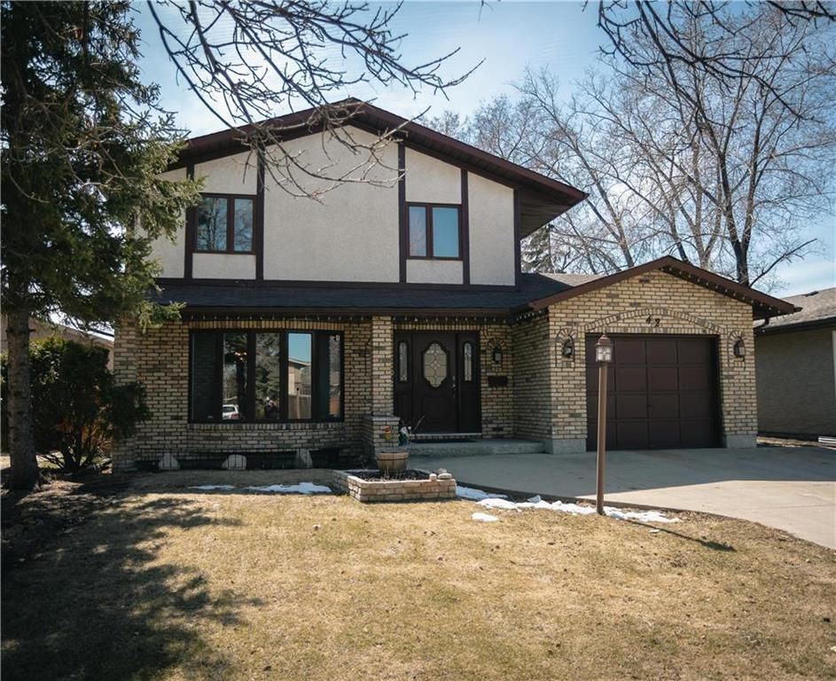 42 Serenity Cove! Straight & solid, super spacious & incredibly well located! A very spacious covered front entry!