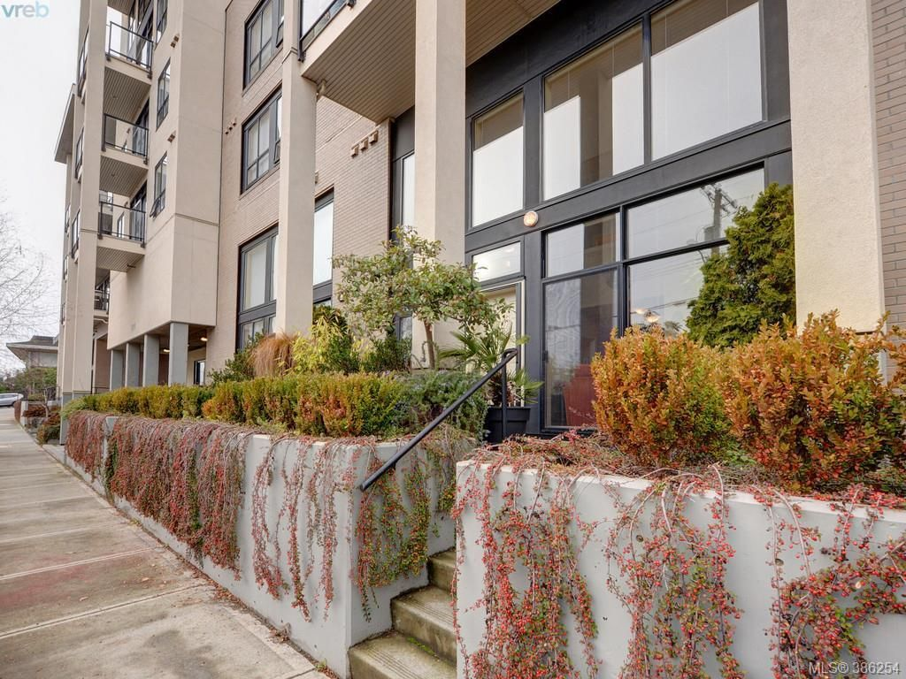 Main Photo: 102 820 Short St in VICTORIA: SE Quadra Row/Townhouse for sale (Saanich East)  : MLS®# 776199