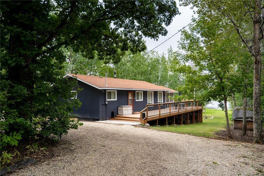 Main Photo: 29 Village Crescent in Lac Du Bonnet RM: House for sale : MLS®# 202119640