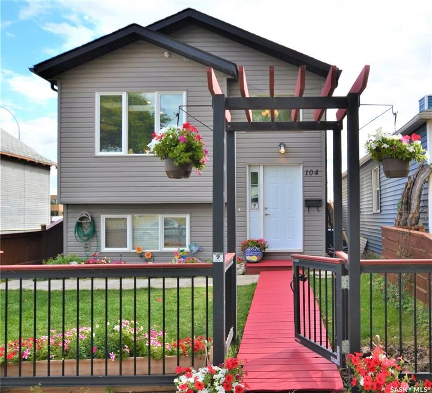 Main Photo: 104 M Avenue South in Saskatoon: Pleasant Hill Residential for sale : MLS®# SK842125