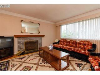 Photo 2: 2734 Roseberry Ave in VICTORIA: Vi Oaklands House for sale (Victoria)  : MLS®# 757376