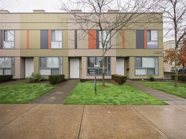 Main Photo: : Townhouse for sale : MLS®# R2318454