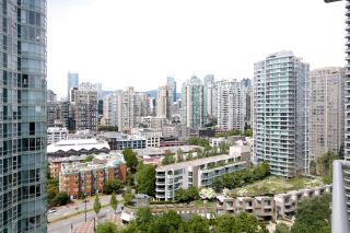 """Photo 3: 2006 1077 MARINASIDE Crescent in Vancouver: Yaletown Condo for sale in """"MARINASIDE RESORT"""" (Vancouver West)  : MLS®# R2074726"""
