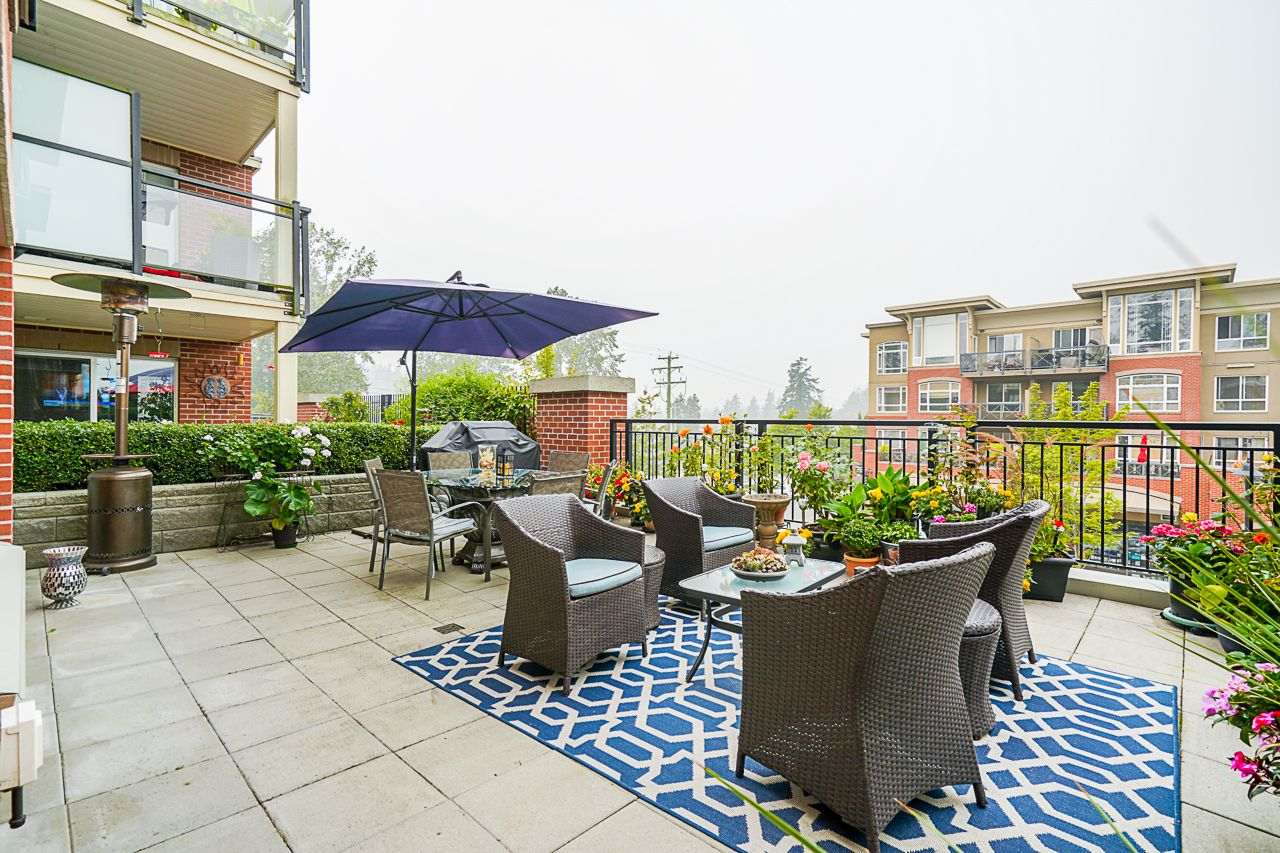 """Main Photo: 210 2940 KING GEORGE Boulevard in Surrey: King George Corridor Condo for sale in """"HIGH STREET"""" (South Surrey White Rock)  : MLS®# R2496807"""