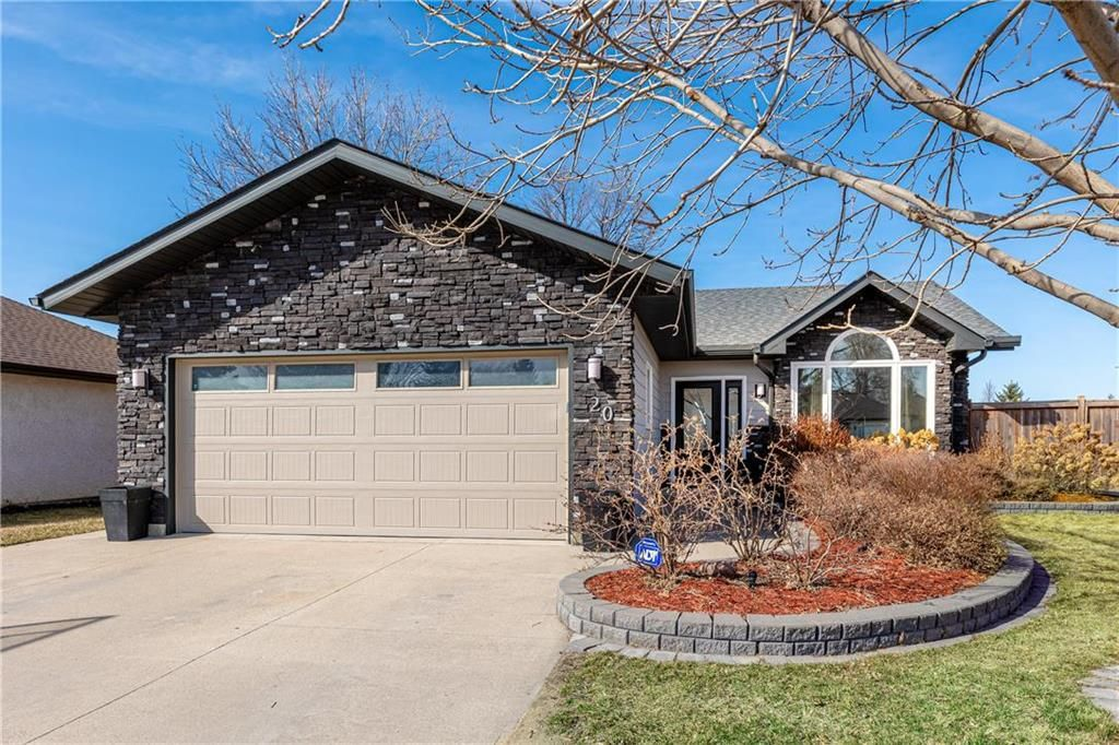 Photo 3: Photos: 20 PENROSE Crescent in Steinbach: R16 Residential for sale : MLS®# 202107867