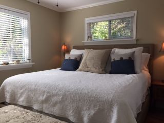 Photo 4: 1571 CHESTNUT Street: White Rock House for sale (South Surrey White Rock)  : MLS®# R2209786