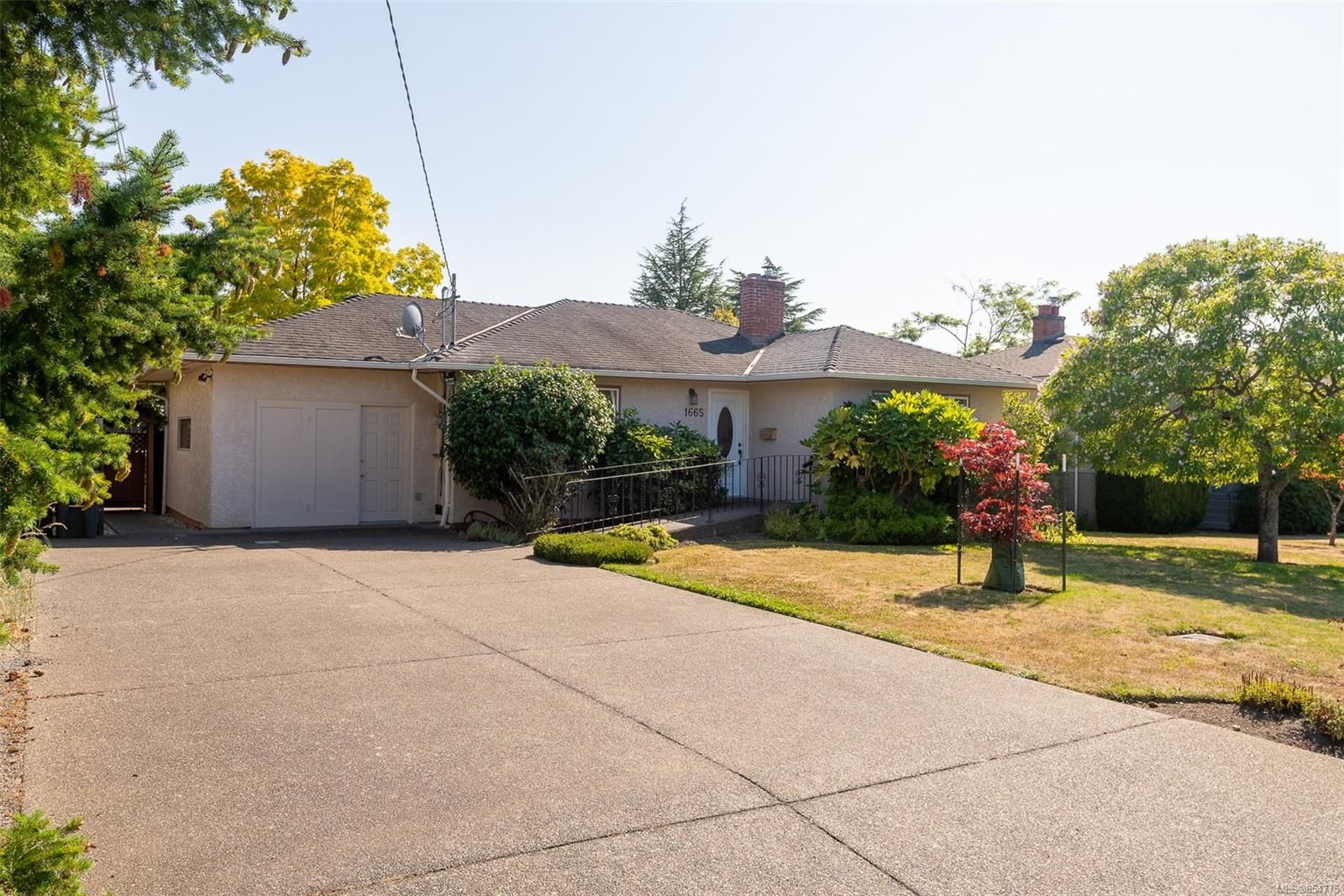 Main Photo: 1665 Sheridan Ave in : SE Mt Tolmie House for sale (Saanich East)  : MLS®# 854775