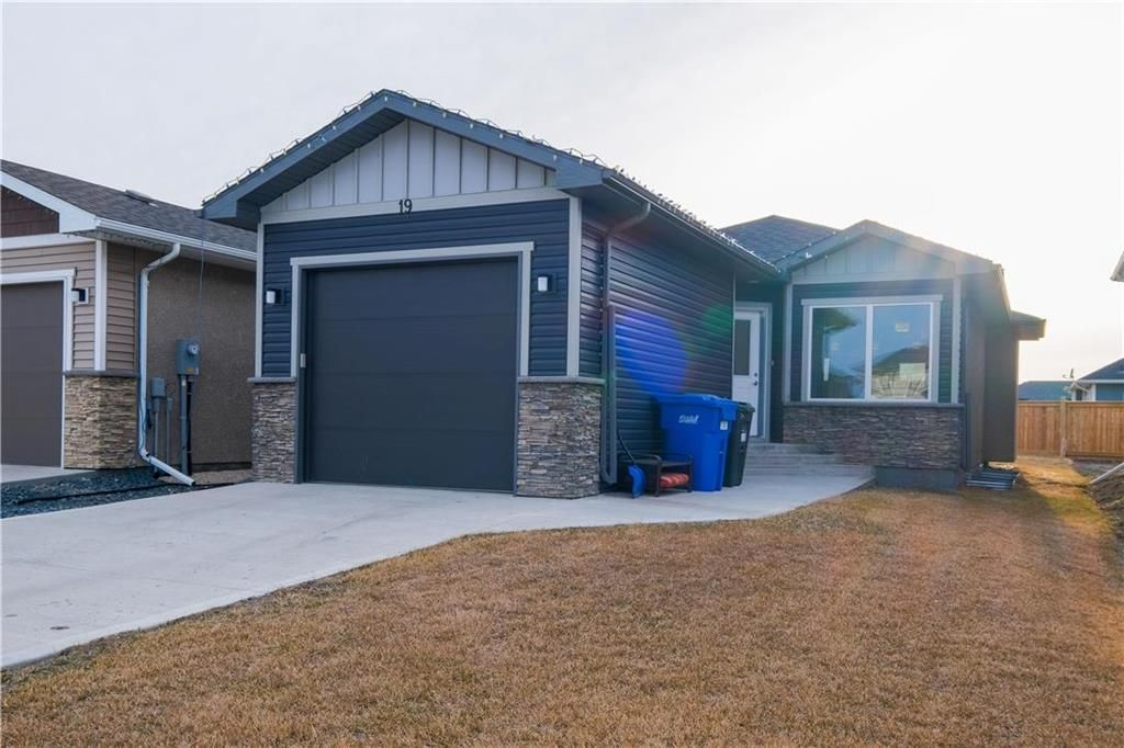 Main Photo: 19 Briarfield Court in Niverville: R07 Residential for sale : MLS®# 202107964