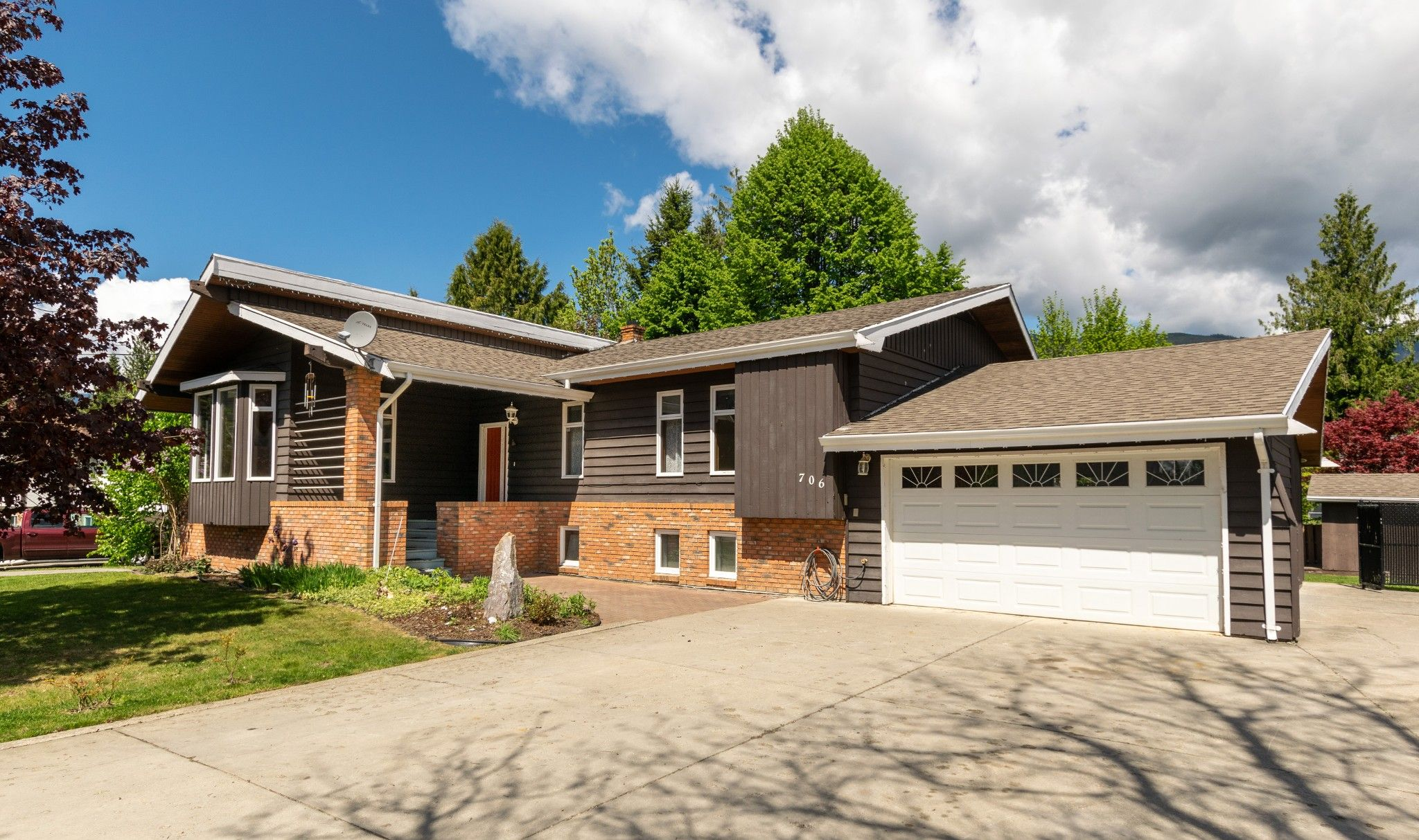 Main Photo: 709 Forest Park Street in Sicamous: House for sale : MLS®# 10231795