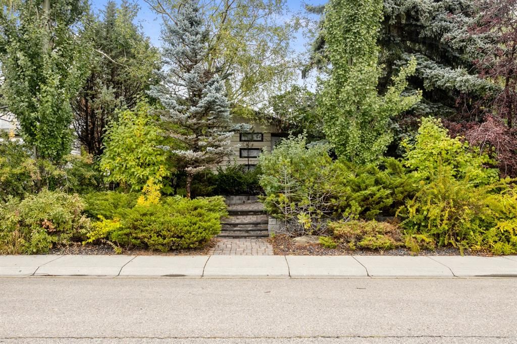 Main Photo: 3304 Barr Road NW in Calgary: Brentwood Detached for sale : MLS®# A1146475