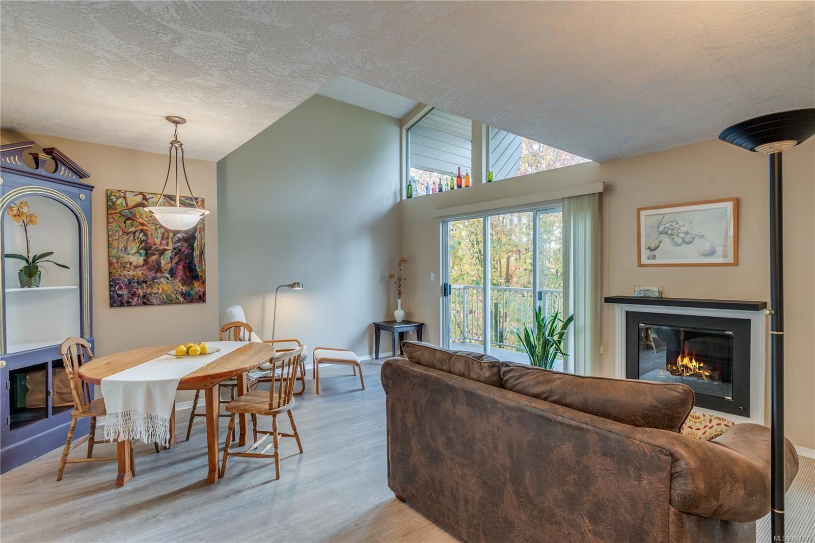 Main Photo: 402 1055 Hillside Ave in : Vi Hillside Condo for sale (Victoria)  : MLS®# 858795