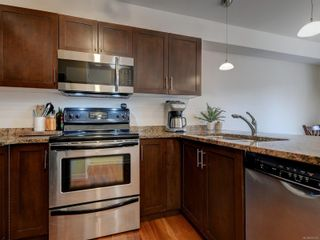 Photo 10: 102 1510 Hillside Ave in Victoria: Vi Oaklands Row/Townhouse for sale : MLS®# 874175
