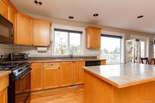 Photo 8: 2219 Highland Rd in View Royal: VR Prior Lake House for sale : MLS®# 746525