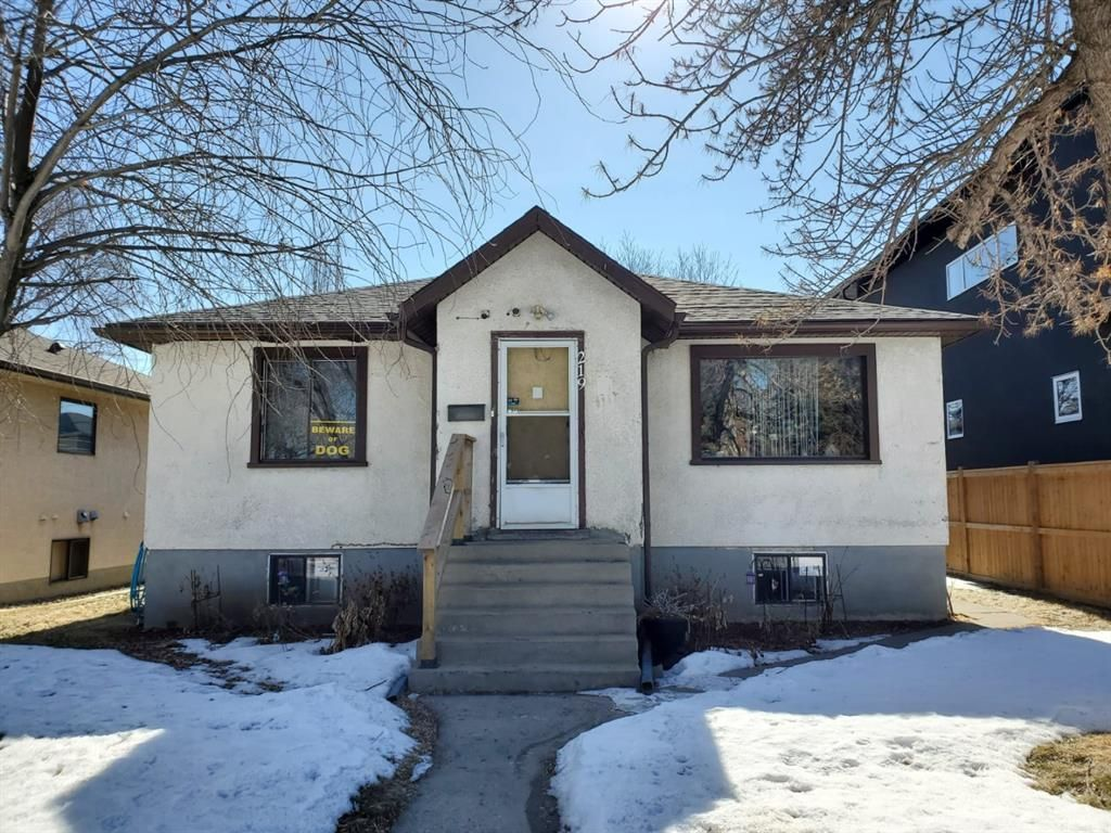 Main Photo: 219 24 Avenue NW in Calgary: Tuxedo Park Detached for sale : MLS®# A1079337