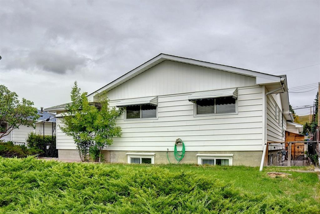 Main Photo: 1124 Northmount Drive NW in Calgary: Brentwood Detached for sale : MLS®# A1144480