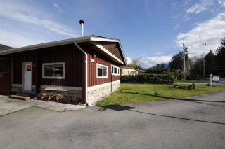 Photo 2: 19 BRACKEN Parkway in Squamish: Brackendale Manufactured Home for sale : MLS®# R2342599