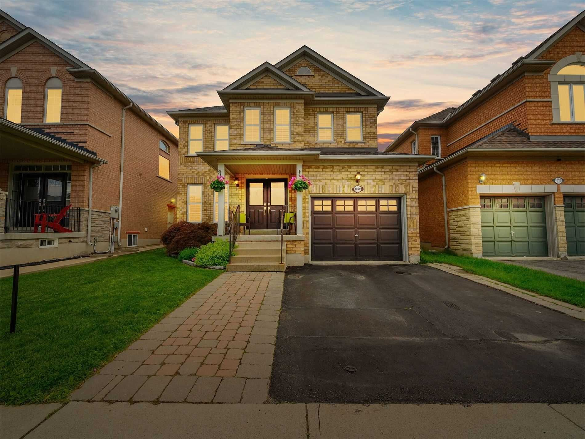 Main Photo: 1072 Sprucedale Lane in Milton: Dempsey House (2-Storey) for sale : MLS®# W4790208