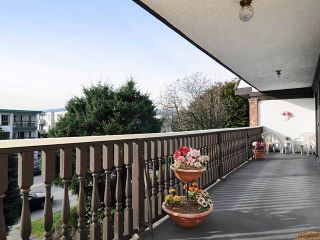 """Photo 3: 204 1610 CHESTERFIELD Avenue in North Vancouver: Central Lonsdale Condo for sale in """"CANTERBURY HOUSE"""" : MLS®# V934824"""
