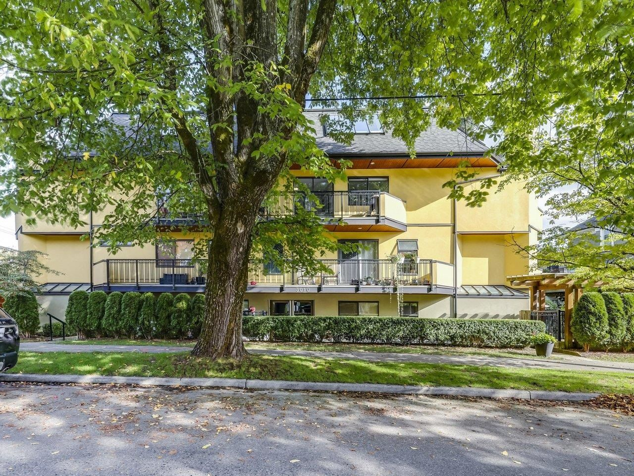 Main Photo: 303 3010 ONTARIO Street in Vancouver: Mount Pleasant VE Condo for sale (Vancouver East)  : MLS®# R2625066