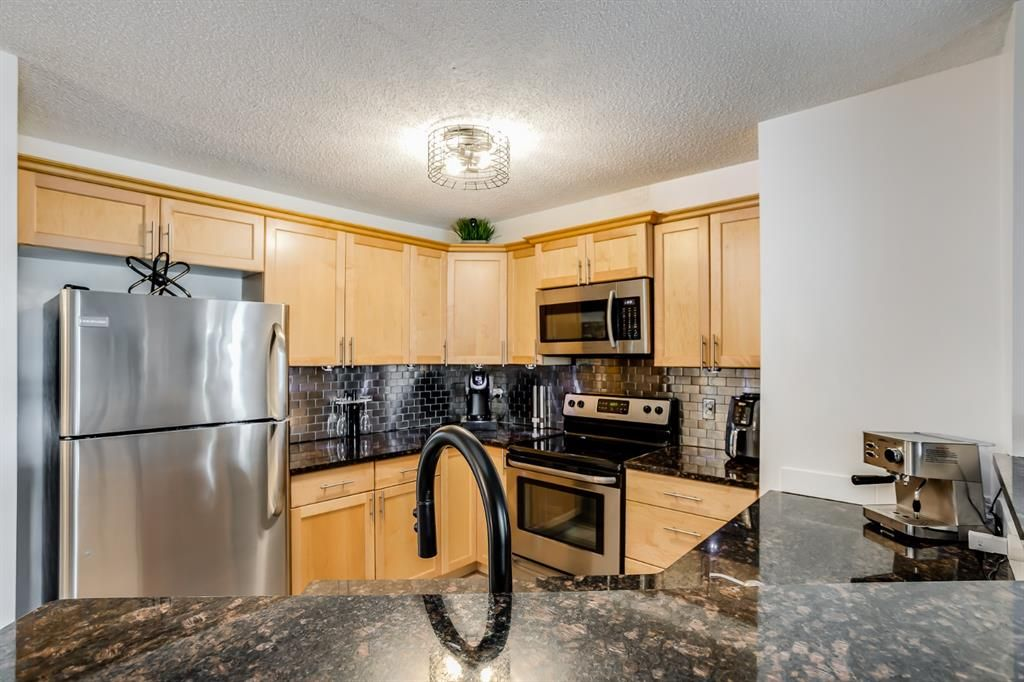 Welcome home to this beautiful condo! Notice upgraded faucet and lighting.