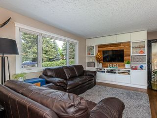 Photo 2: 2012 CROCUS Road NW in Calgary: Charleswood Detached for sale : MLS®# C4253746
