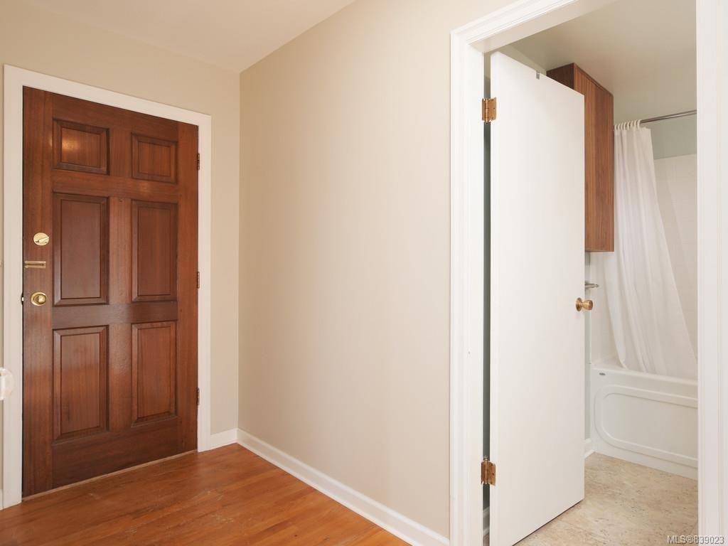 Photo 4: Photos: 203 1400 Newport Ave in Oak Bay: OB South Oak Bay Condo for sale : MLS®# 839023
