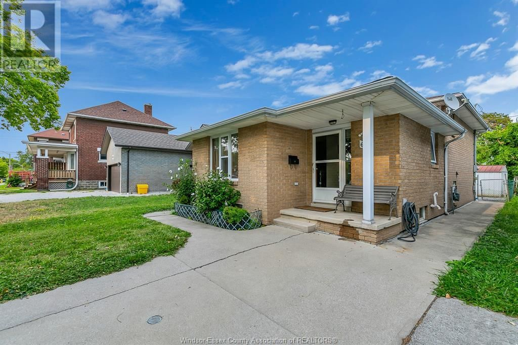 Main Photo: 638 Mckay AVENUE in Windsor: House for sale : MLS®# 21017569